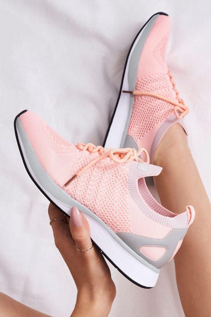 як розтягнути спортивне взуття