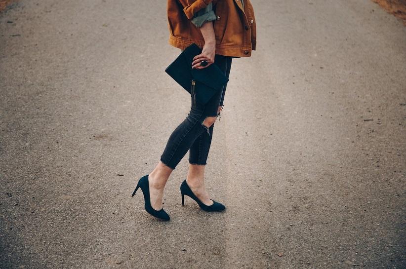 Темно-сині туфлі на шпильках – поєднання жіночності і елегантності. Познайомся з кращими ідеями для стильного образу!